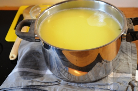 Topf mit Molke auf abgedecktem Käse selber machen