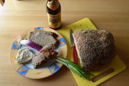 Starkbier Brot mit Käse und Frühlingszwiebel