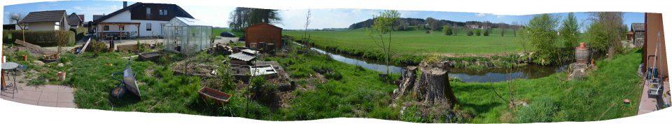 Haus und Beet Garten Panorama April 2019