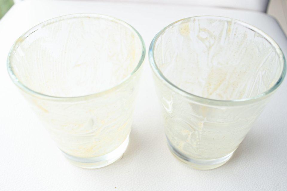 Gläser mit Backtrennmittel einpinseln