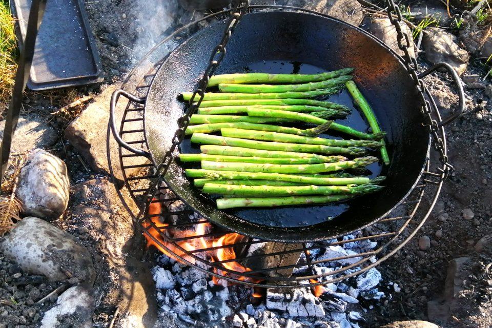 Grüner Spargel grillen